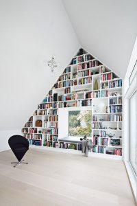 Mooie zolder boekenkast