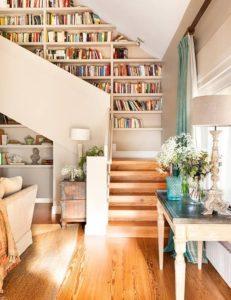 Boekenkast bij de trap