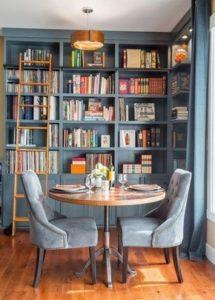Blauwgrijze boekenkast